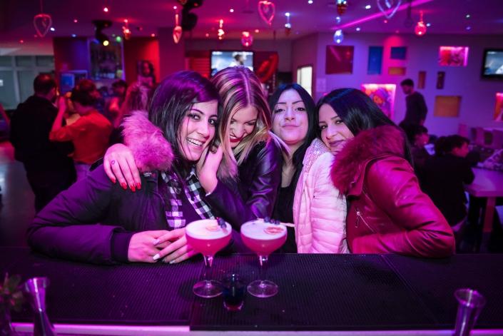 cocktail: ragazze che bevono un drink