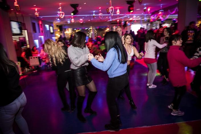 serata di ballo, ragazzi che si divertono ballando, salsa